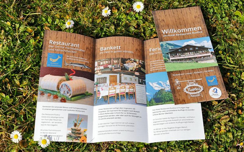 Design des Flyers für Hotel Rustica durch Egli-Werbung